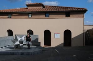 Piazza Guidi avec le polyèdre étoilé.