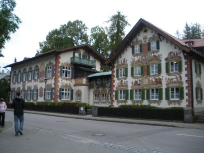 La façade peinte illustrant le conte Hansel et Gretel.
